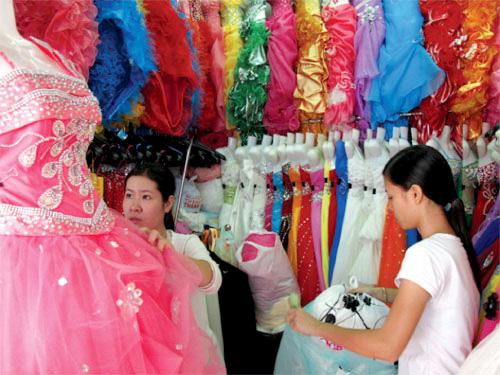 Chọn áo cưới tại chợ Tân Bình