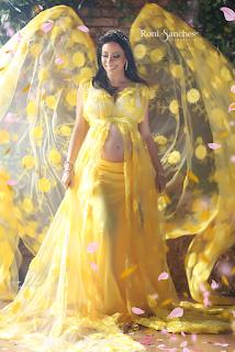 book de gestante com vestido longo amarelo em cenário de conto de fadas.
