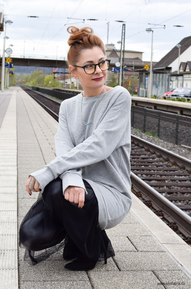 Oversized sweatshirt in Grau mit Tüll in schwarz, Outfit