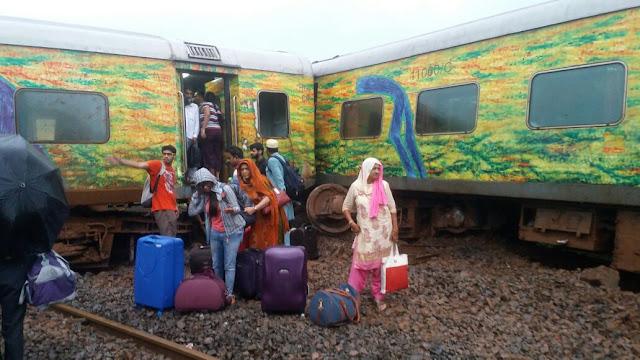 Duronto-Express-derails-at-titwala-mumbai-nagpur-root