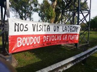 Los carteles fueron puestos por una agrupación de radicales enrolados en el Frente Renovador, aunque a las pocas horas los sacaron.