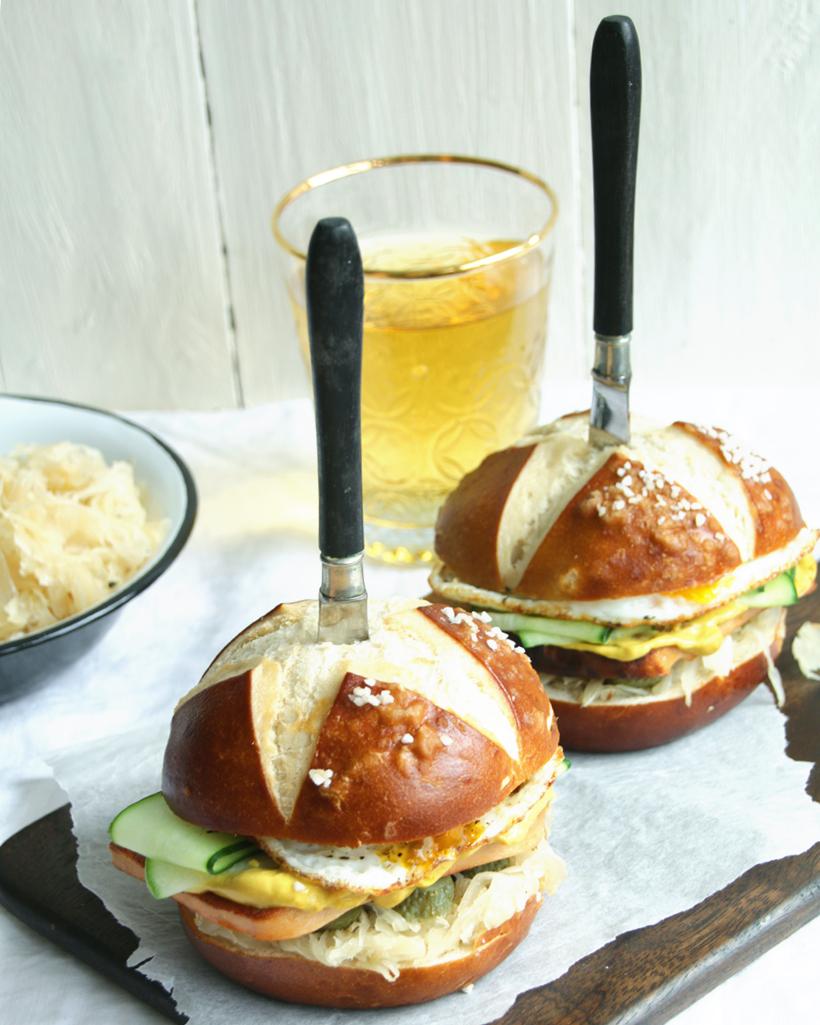 Oktoberfest für zu Hause: Oktoberfest Burger | whatinaloves.com