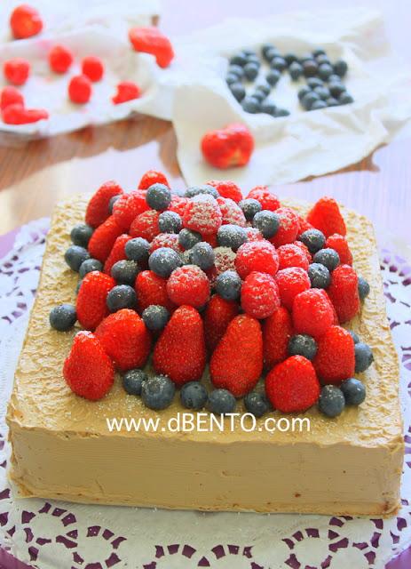 butter cream dan buah beri di atas kue lapis surabaya