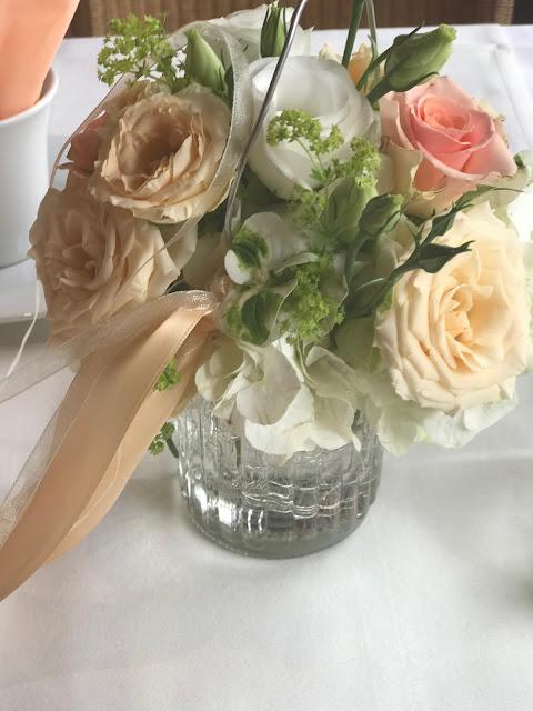 Blumengesteck auf der Kaffeetafel, Regenhochzeit, Apricot, Lachs, Pfirsich, heiraten in den Bergen, Hochzeitshotel Riessersee Garmisch-Partenkirchen, Bayern, Hochzeitsplanerin Uschi Glas