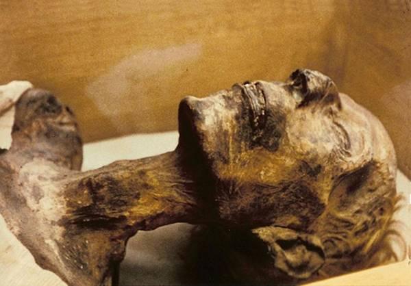 Momia de Ramsés II, faraón de la dinastía XIX. Obsérvese el color rubio de sus cabellos.