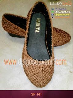 Sepatu dirajut dengan model mumbentuk ruji ruji