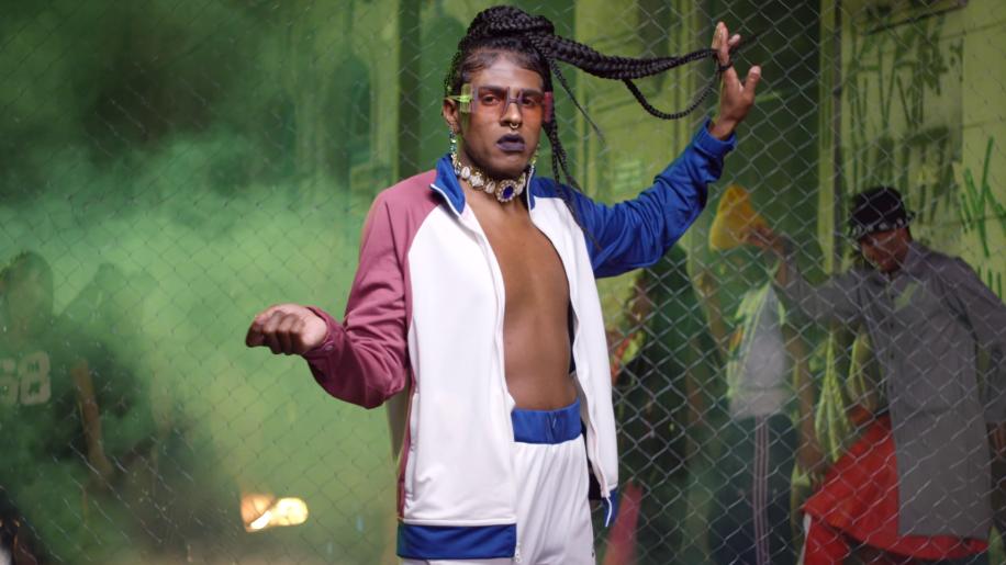 No clipe, Rico Dalasam celebra a chama que nunca se acaba ao lado de artistas negros de diferentes segmentos, incluindo a drag Gloria Groove.