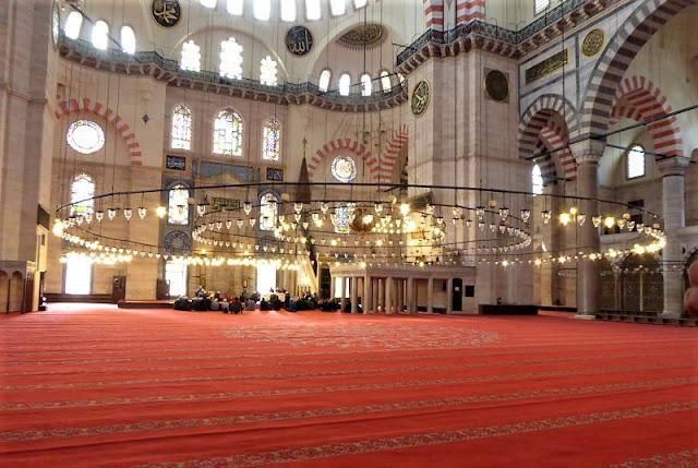 interno moschea di solimano con enorme lampadario