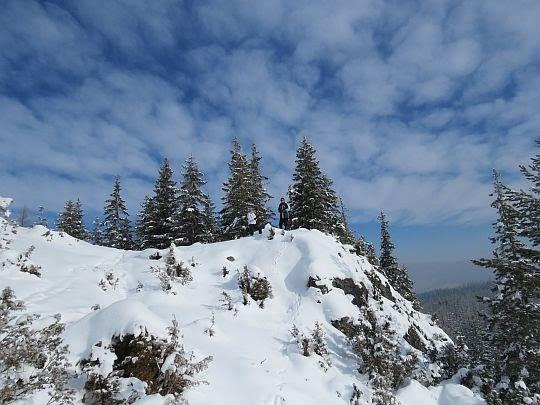 Skały przykryte śniegiem.