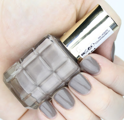 L'Oreal Colour Riche Le Vernis A L'Huile in 664 Greige Amoureux nail swatch review