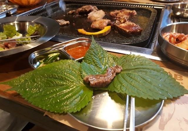 Lá mè cuốn thịt nướng với nước sốt ớt - lạ miệng!