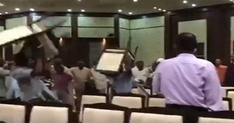 اشتباك بالكراسي بين الأحزاب السودانية أثناء لقائهم بالمجلس العسكري