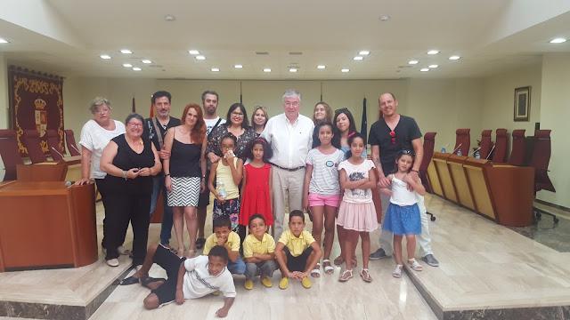 El alcalde de Illescas, José Manuel Tofiño y la concejala delegada del área de asuntos sociales, María Inmaculada Martín junto a los niños saharauis y las familias de acogida