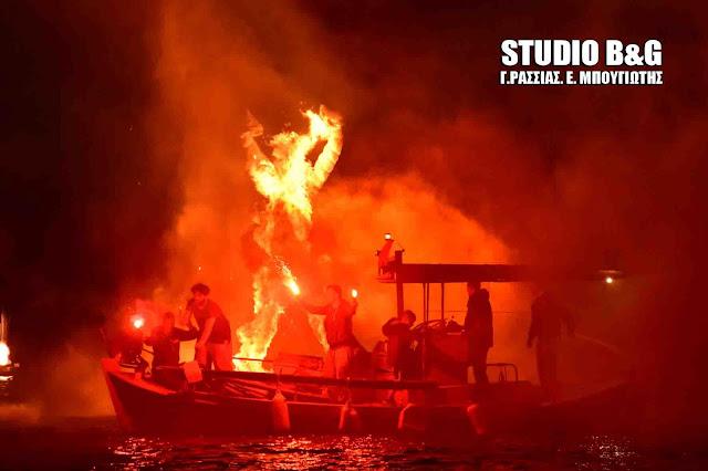 Στο Τολό έκαψαν τον Ιούδα μέσα στην θάλασσα (βίντεο)