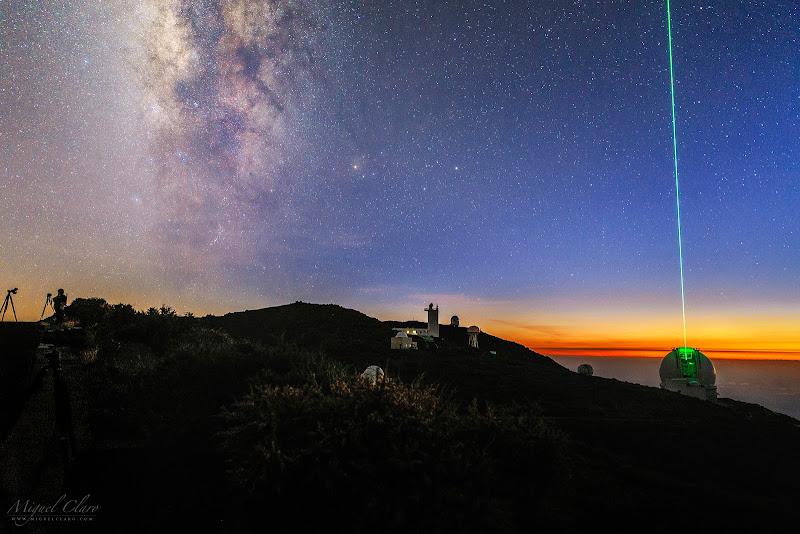 """Khung cảnh đẹp tuyệt vời này được chụp vào thời điểm kết thúc hoàng hôn hàng hải từ Đài quan sát Roque de los Muchachos thuộc Quần đảo Canary của Tây Ban Nha. Các nhà thiên văn xác định ba giai đoạn của hoàng hôn, mỗi giai đoạn được xác định bởi góc của Mặt Trời hoặc vị trí của Mặt Trời đối với đường chân trời. Vào thời gian này, nếu điều kiện thời tiết tốt ta sẽ thấy được vài ngôi sao sáng dù bầu trời vẫn còn chưa tối hẳn, giúp có thể dựa vào chúng mà xác định phương hướng nhất là khi ở trên biển, và do đó thuật ngữ chỉ thời gian này là """"hoàng hôn hàng hải."""" Hình ảnh: Miguel Claro."""