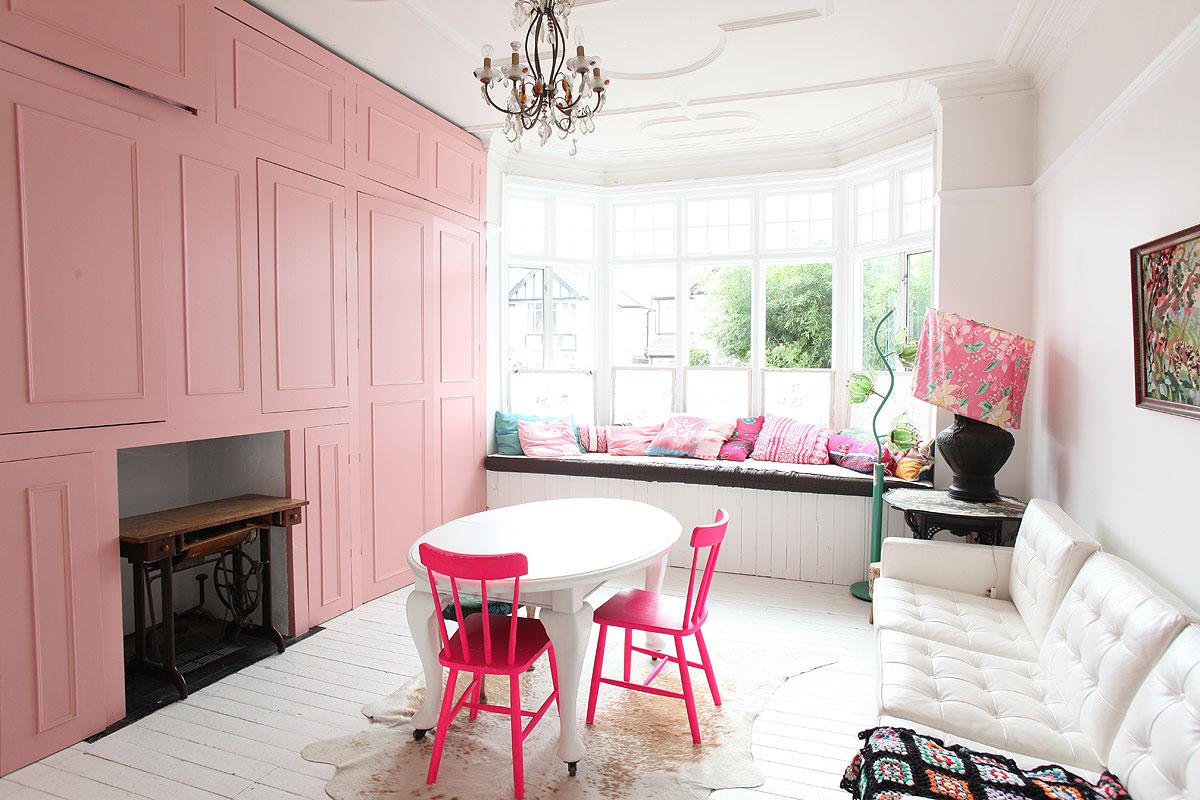 różowa szafa, różowe krzesła, różowe krzesło
