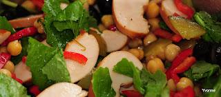 Kikkerertwensalade met raapsteeltjes en gerookte kip