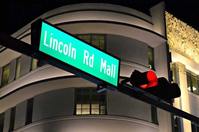 154daabdf40 A Lincoln Road é um calçadão de oito quadras cheia de lojas