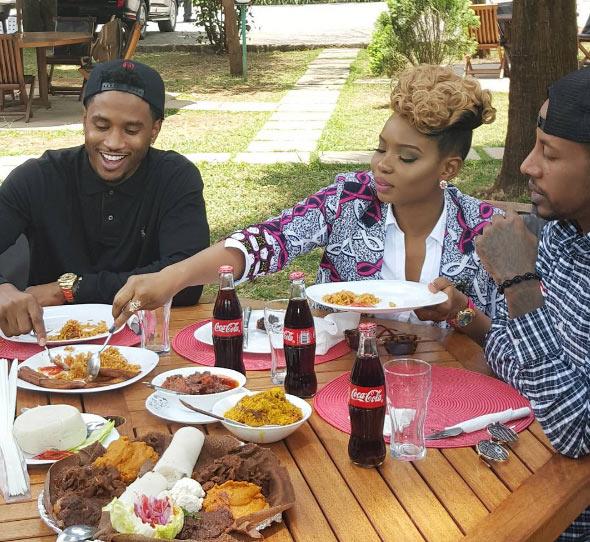 Yemi Alade shares plate of jollof rice with American singer Trey Songz