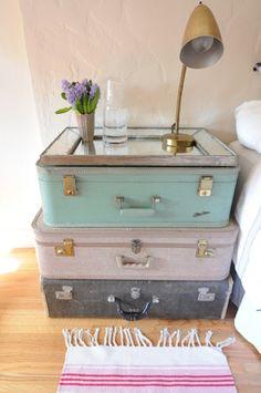 Unas maletas viejas como mesita de noche original