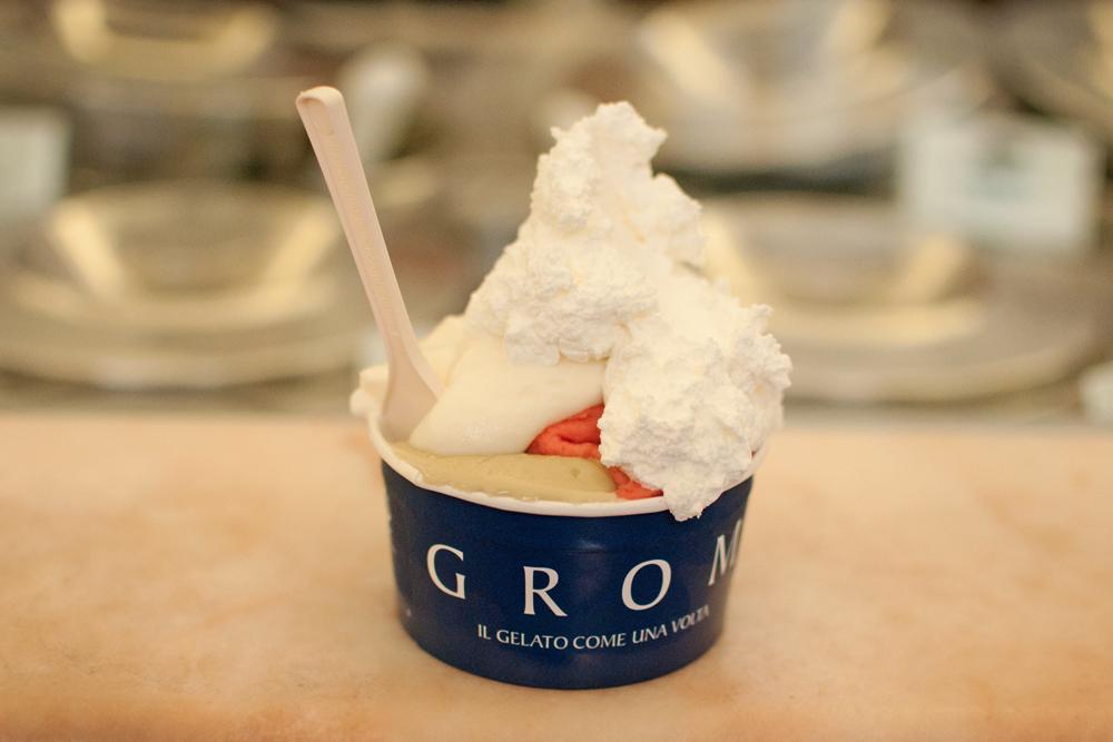 Glace trois boules (fraise, fiordilatte et pistache) du glacier grom à Florence. Le tout surmonté d'une excellente crème chantilly