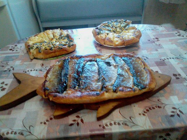 Рыбный пирог на резном деревянном подносе