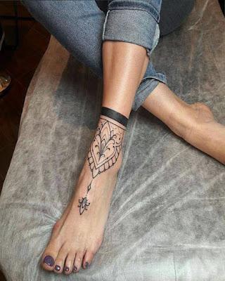 Tatuajes minimalistas en pie