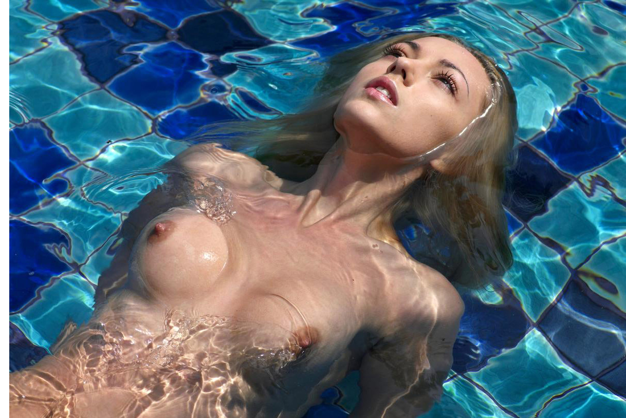 sexsier-girl-in-swiming-pool