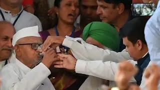 anna-hazare-ends-fast
