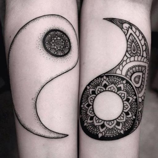 Separado Yin Yang tatuagens. Cada parte do Yin Yang é criado de tal detalhe bonito que você pode ver o sol, as flores e as folhas desenhadas na precisão em cada lado do elemento.