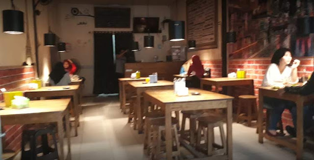 Banjarbaru tak hanya menjadi daerah hunian yang nyaman. Untuk urusan nongkrong, Kota Idaman ini juga mampu memanjakan siapapun yang datang. Beragam konsep unik tempat nongkrong ada di Kota Banjarbaru.