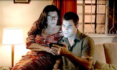 Lurdes (Regina Casé) encontra nova pista sobre Domênico em 'Amor de Mãe' — Foto: Globo