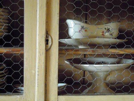 Resultado de imagen de alacena vintage con tela de gallinero