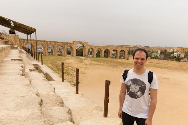 Alberto en la grada del Circo Romano de Jerash