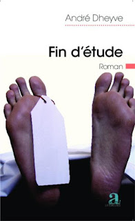 Deux pieds avec une étiquette