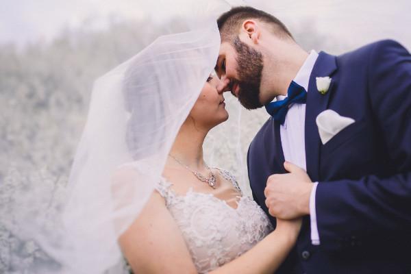 biżuteria ślubna w trakcie sesji plenerowej