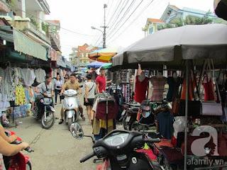 Các cửa hàng bán san sát nhau tại Chợ Ninh Hiệp