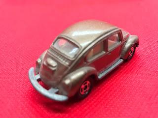 フォルクススワーゲン ビートル のおんぼろミニカーを斜め後ろから撮影