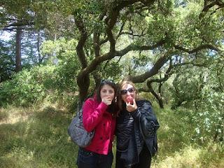 Maja Trochimczyk and Anna Harley Trochimczyk eat peaches in San Francisco