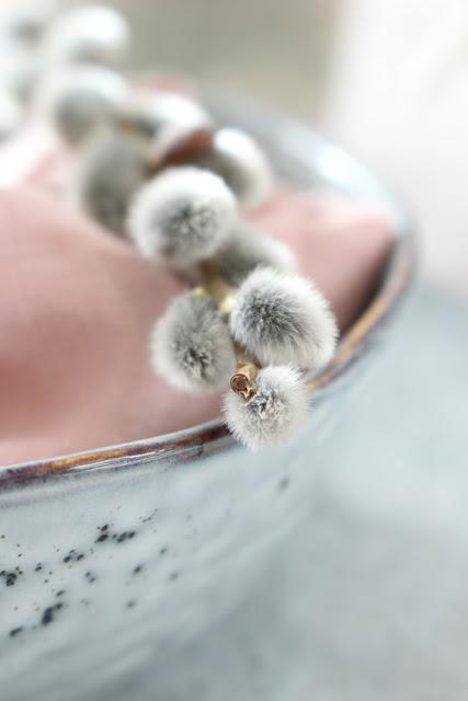 Dekoration fr hling auf dem tisch und deko inspirationen f r ostern himmelsst ck lifestyle - Weidenkatzchen deko ...