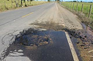 http://vnoticia.com.br/noticia/1817-vazamento-em-tubulacao-provoca-cratera-na-rj-224-proximo-a-divisa-com-o-es