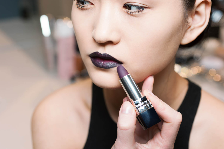 ... из карандаша Dior Contour lip liner  962 Poison нанесли матовую  фиолетово-чёрную помаду Rouge Dior  962 Poison – звезду макияжа. Но матовая  текстура ... cf0e5d049a3