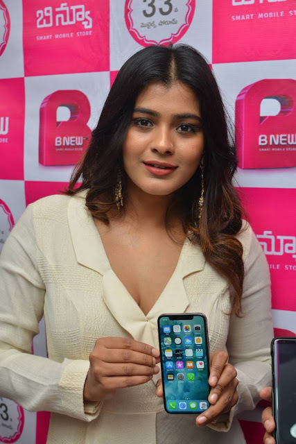 Hebah Patel Stills At B New Mobile Store At Tenali 04.jpg