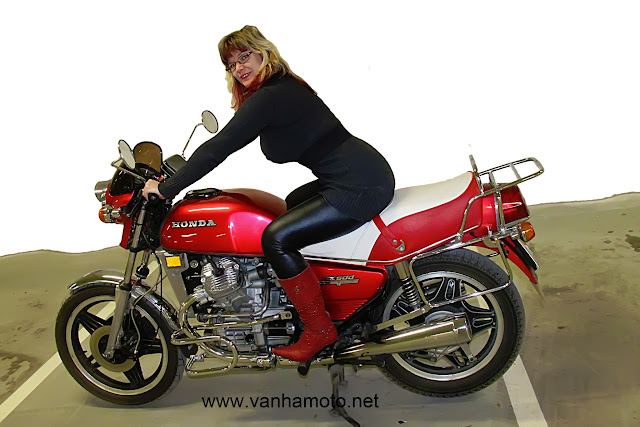moottoripyörä, tiukka pusero, nahkahame, korkosaappaat - motorbike, tight sweater, leather skirt, hi heels boots