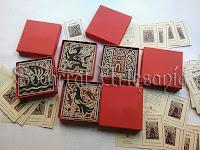 Bonita presentación para nuestros Eventos. Un socarrat de diseño clásico, dentro de una caja roja hecha a medida, junto a una tarjeta explicativa del Socarrat.Socarrat Artesanía