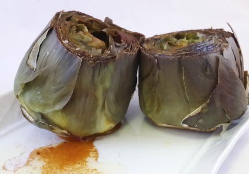 Unas alcachofas con pimentón, aceite y sal