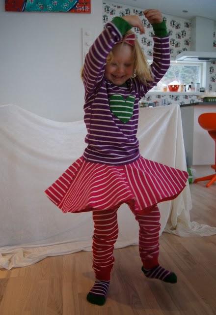 4fd2465c Klærne er såpass viltre at det ikke spiller noen rolle om fireåringen  setter på seg ulike sokker eller kjører crazy fargemiks. Vår fireåring  liker å stå for ...