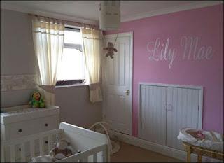 غرفة الطفلة ومكتوب عليها اسمها