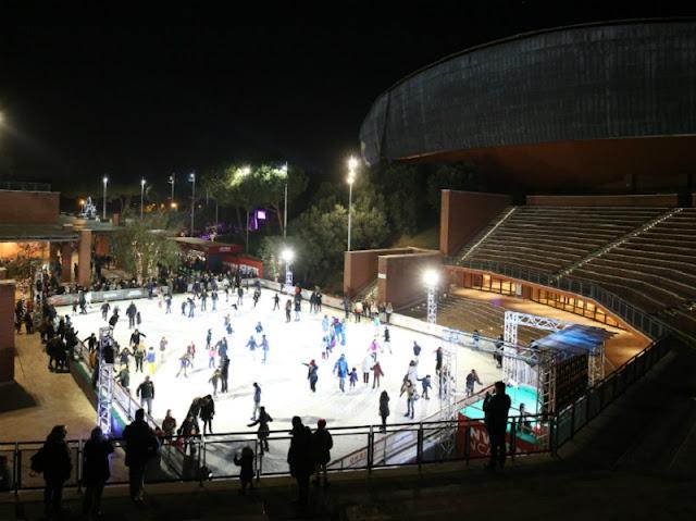 Pessoas patinando no gelo  no Auditório Parco della Musica