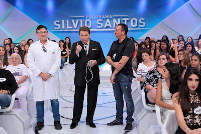 Silvio com o antigo microfone, ao lado do representante da clínica Widex e o operador de microfone Joaquim (Crédito: Lourival Ribeiro/SBT)